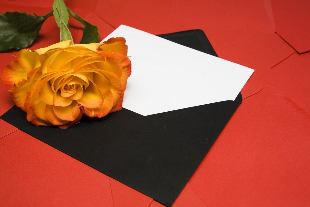 Jak wręczać zaproszenia ślubne? Najważniejsze zasady